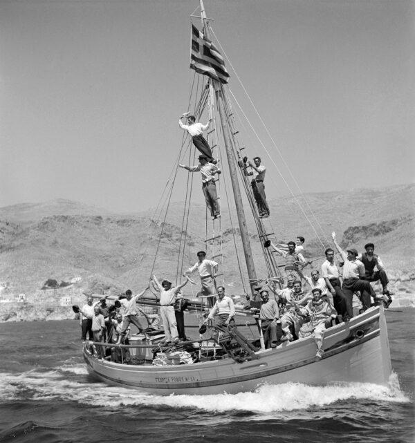 DIMITRIS HARISIADIS_SPONGE FISHERMEN ON A BOAT_KALYMNOS ISLAND
